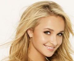 Hayden Panettiere blonde et sourire