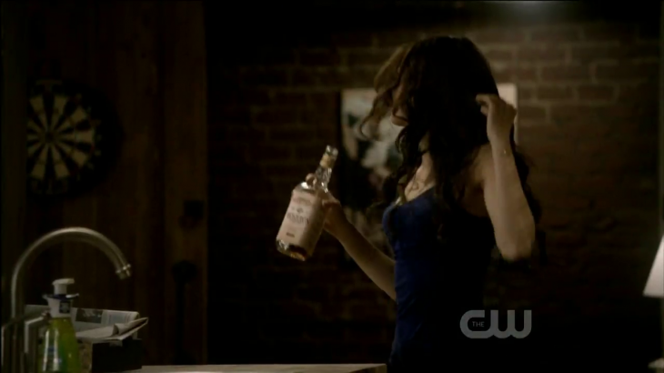 Katherine s'amuse et boit de la Vodka