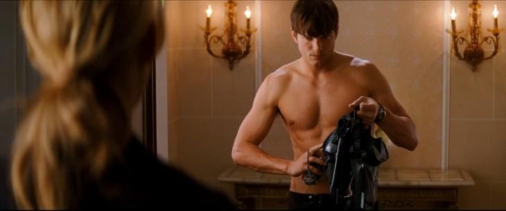 Ashton Kutcher torse nu