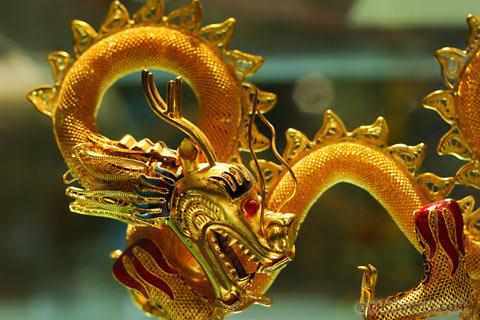 Dragon chinois en or