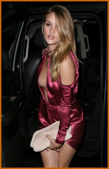 Rosie Huntington Whiteley hot en limouse