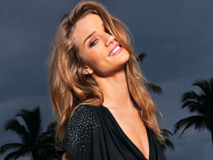 Rosie Huntington Whiteley hot sourire