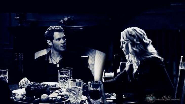 Klaus et Caroline mange ensemble