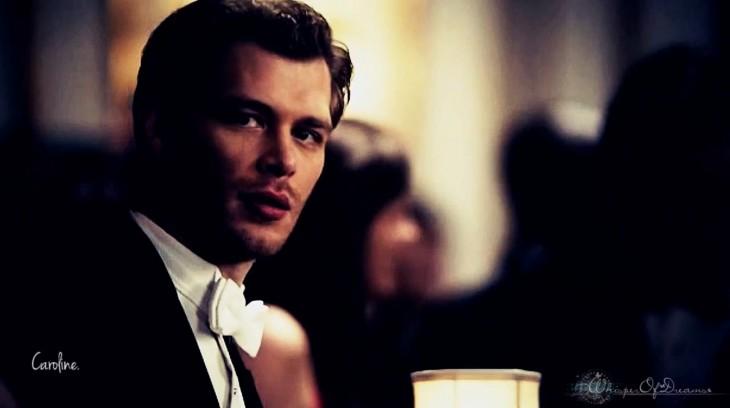 Klaus regarde Caroline