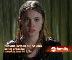 Chloe King sous la pluie