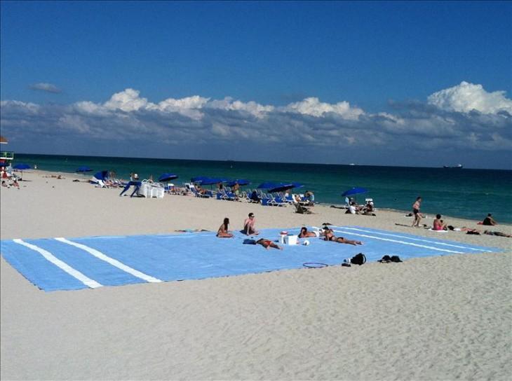 la plus grande serviette de plage du monde. Black Bedroom Furniture Sets. Home Design Ideas