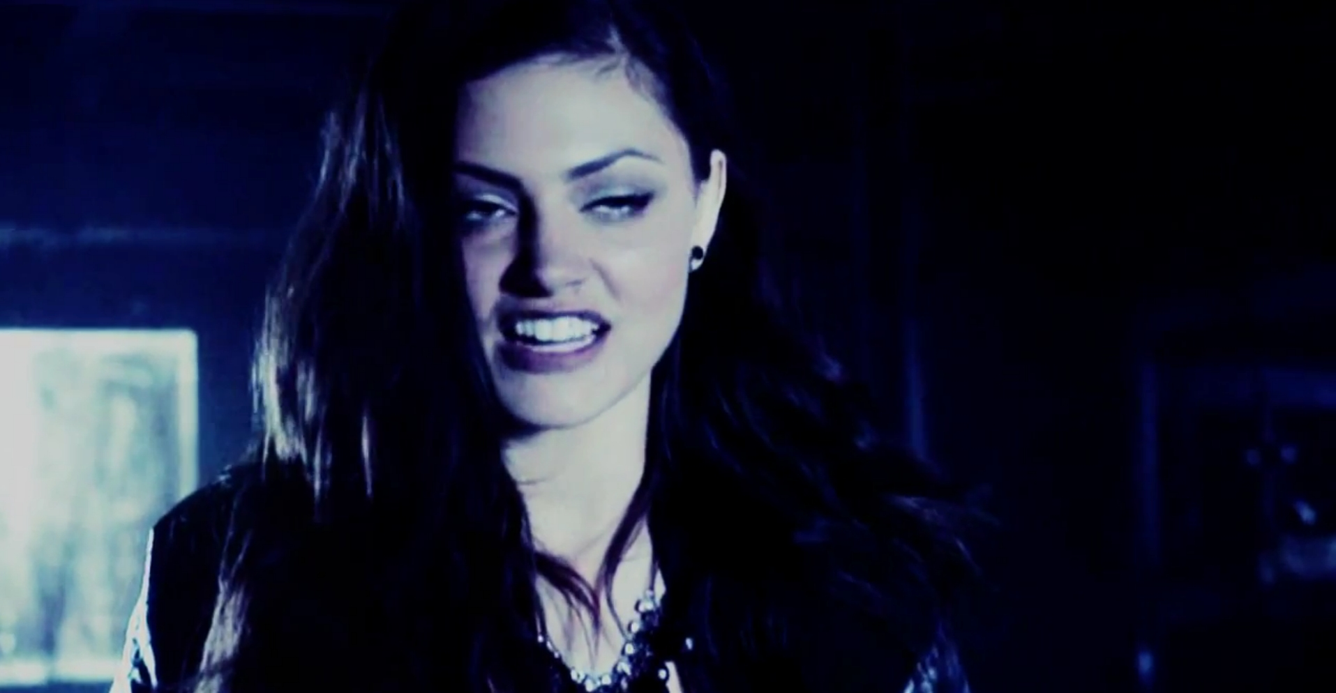 Faye so back Phoebe Tonkin