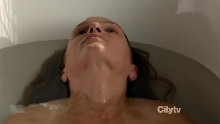 Tracy Spiridakos douche dans Revolution