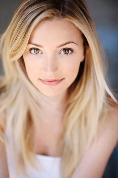Brianne Howey sourire