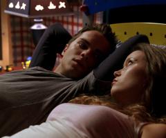 John et Cameron au lit