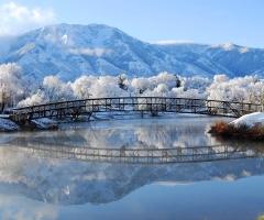 Paysage neige avec un pont
